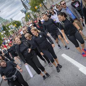 Une photo de la gouverneure générale au milieu de la foule participant à la course de 5 km de la CCMTGC.