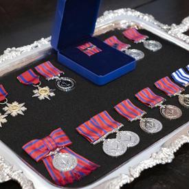 Une photo de médailles d'honneurs mixtes, organisée sur un plateau.