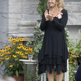 La gouverneure générale applaudit les récipiendaires alors que la cérémonie de remise des distinctions honorifiques mixtes tire à sa fin.