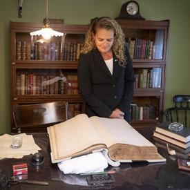 La gouverneure générale visite le bureau de la Maison Alphonse-Desjardins.
