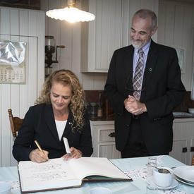 La gouverneure générale signe le livre d'or à la Maison Alphonse-Desjardins.