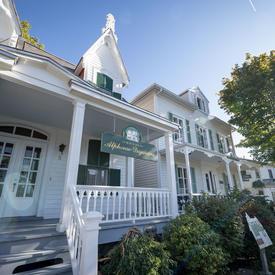Une photo de la Maison Alphonse-Desjardins prise de l'extérieur.