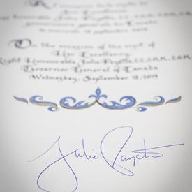 Signature de la gouverneure générale dans le livre d'or du Régiment de la Chaudière.
