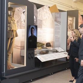 La gouverneure générale visite le musée du Régiment de la Chaudière.
