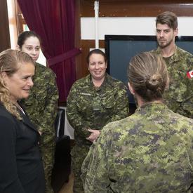 La gouverneure générale rencontre les membres du régiment.