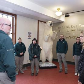 La gouverneure générale s'entretient avec les employés de Parcs Canada.