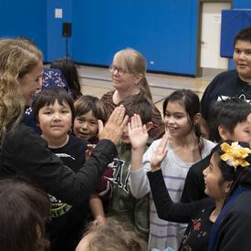 La gouverneure générale s'adresse aux élèves dans un gymnase.