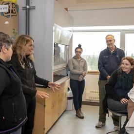 La gouverneure générale s'entretient avec des chercheurs du Churchill Northern Studies Centre.