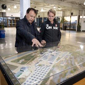 La gouverneure générale et le maire regardent un plan de Churchill.