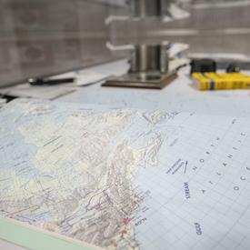 Recueil de cartes, semblable à un atlas, qu'utilisent les astronautes dans l'espace pour les aider à identifier des lieux géographiques précis.