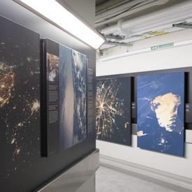Exposition de photographies prises par des astronautes.