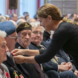 The Governor General pins a poppy on the lapel of a veteran during the launch of the 2019 National Poppy Campaign.