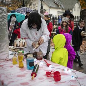 Le personnel de Rideau Hall était sur place pour distribuer des friandises aux enfants de tous âges.