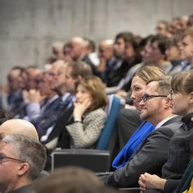 Des étudiants et des membres de la délégation canadienne écoutent la présentation de la gouverneure générale.