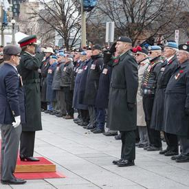 La gouverneure générale salue les anciens combattants lors de la cérémonie nationale du jour du Souvenir.