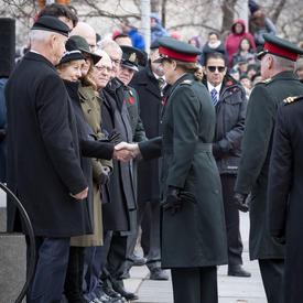 La gouverneure générale serre la main de la Mère de la Croix d'argent lors de la cérémonie nationale du jour du Souvenir.