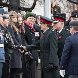 La gouverneure générale serre la main d'un cadet lors de la cérémonie nationale du jour du Souvenir.