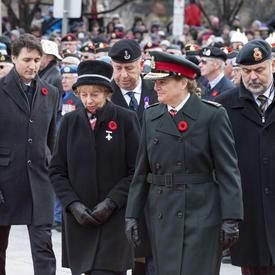 La gouverneure générale se tient à côté de la Mère de la Croix d'argent lors de la cérémonie nationale du jour du Souvenir.