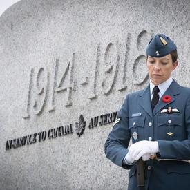 Un officier se tient solennellement près du monument pendant la cérémonie nationale du jour du Souvenir.
