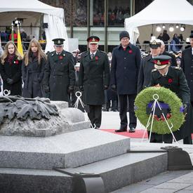 La gouverneure générale dépose une couronne pendant la cérémonie nationale du jour du Souvenir.