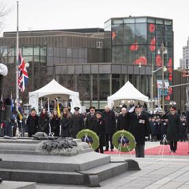 Une photo du Parti vice-royal avec des anciens combattants derrière en solidarité.