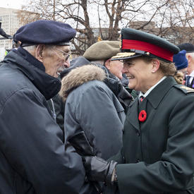 La gouverneure générale s'entretient avec un ancien combattant lors de la cérémonie nationale du jour du Souvenir.