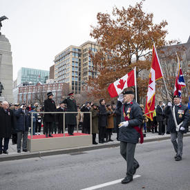 La gouverneure générale salue les anciens combattants alors qu'ils avancent.