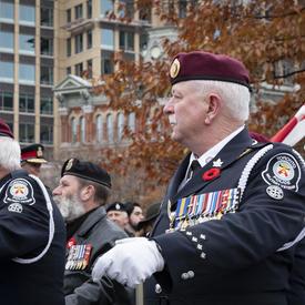 Des anciens combattants marchent en solidarité lors de la cérémonie nationale du jour du Souvenir.