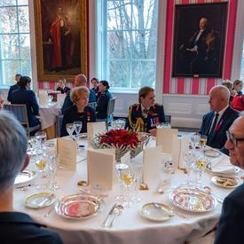 La gouverneure générale discute avec les invités au Déjeuner en l'honneur de la mère nationale décorée de la Croix d'argent.