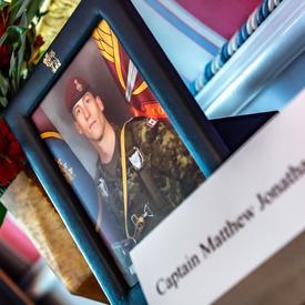Une photo encadrée du défunt capitaine Matthew Jonathan Dawe.