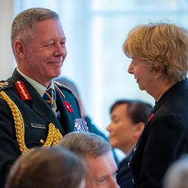 Le chef d'état-major de la Défense et la Mère nationale de la Croix d'argent discutent entre eux.