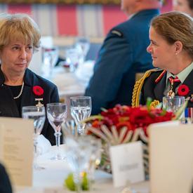 La Gouverneure générale et la Mère nationale de la Croix d'argent s'assoient ensemble.