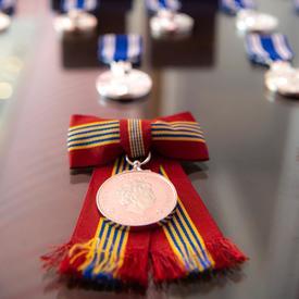 Médailles sur une table.