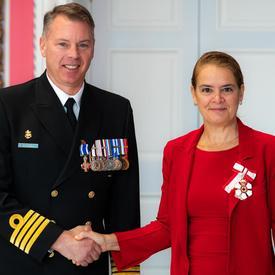 La gouverneure générale serre la main du capitaine de frégate Bonnar.