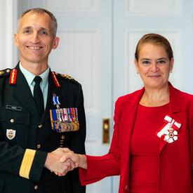 La gouverneure générale serre la main du brigadier-général Cadieu.