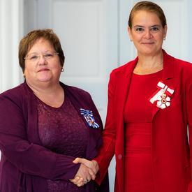 La gouverneure générale serre la main de Susan Pond.