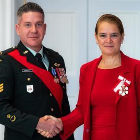 La gouverneure générale serre la main du sergent Barrett.