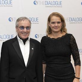 Daniel Lamarre, président et chef de la direction du Cirque du Soleil et gouverneur général du Canada, Julie Payette se tient devant une bannière arborant plusieurs logos du Dialogue Leadership to the Americas.