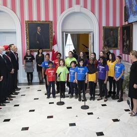 La cérémonie d'assermentation s'est terminée par l'hymne national chanté par le chœur Orkidstra.