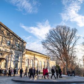 Après la cérémonie, les membres du Cabinet se sont dirigés vers le devant de la façade de Rideau Hall où le Premier ministre a fait une déclaration.