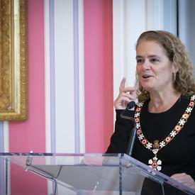 La gouverneure générale prononce une allocution à une tribune.