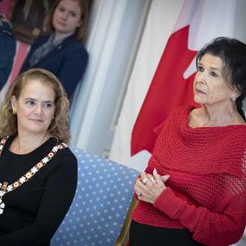 La gouverneure générale observe un récipiendaire qui est investi dans l'Ordre du Canada.