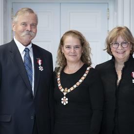 La gouverneure générale prend une photo avec des membres nouvellement investis de l'Ordre du Canada.