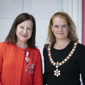 La gouverneure générale prend une photo avec Lyse Doucet lors d'une cérémonie de l'Ordre du Canada.