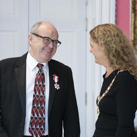 La gouverneure générale partage un moment avec un récipiendaire lors d'une cérémonie de l'Ordre du Canada.