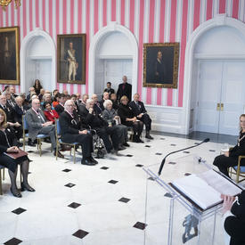 Une photo des récipiendaires de l'Ordre du Canada à l'intérieur de la Salle de la Tente à Rideau Hall.