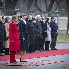 La présidente Kersti Kaljulaid et la gouverneure générale sont sur le tapis rouge.