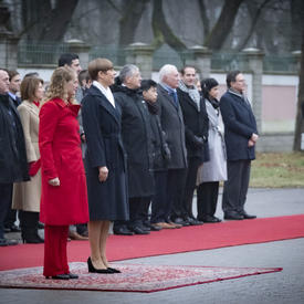 President Kersti Kaljulaid and the Governor General stand on the red carpet.