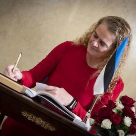 La gouverneure générale a signé le livre d'or de la présidente.