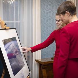 La présidente Kersti Kaljulaid et la gouverneure générale regardent une  photo.